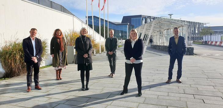 Prosjektdeltakere sammen med olje- og energiministeren ved Stavanger lufthavn, Sola.