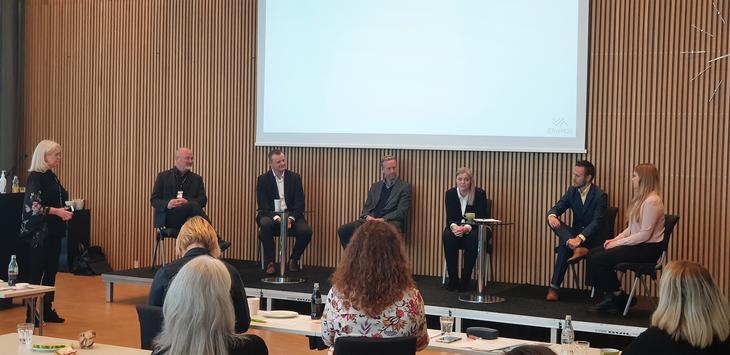 Seks deltakere i paneldebatt under dialogmøte hos Grønn By