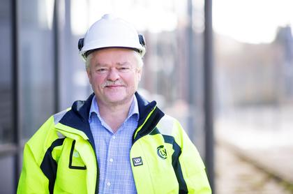 Frank Boholm i gul jakke og hvit hjelm