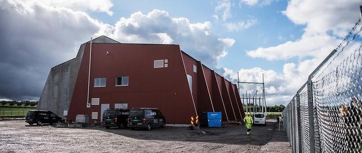 Ny transformatorstasjon er bygget i betongelementer, hvor vestre del er i rødbrun jordfarge.Foto Fredrik Ringe