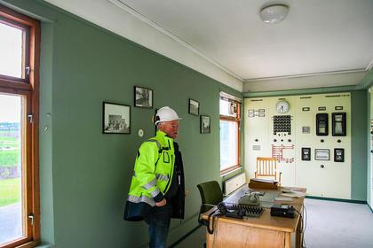 Grønne vegger, brun kontorpult og vegg med gammelt anlegg står fortsatt inne på Mosvatnet transformatorstasjon.