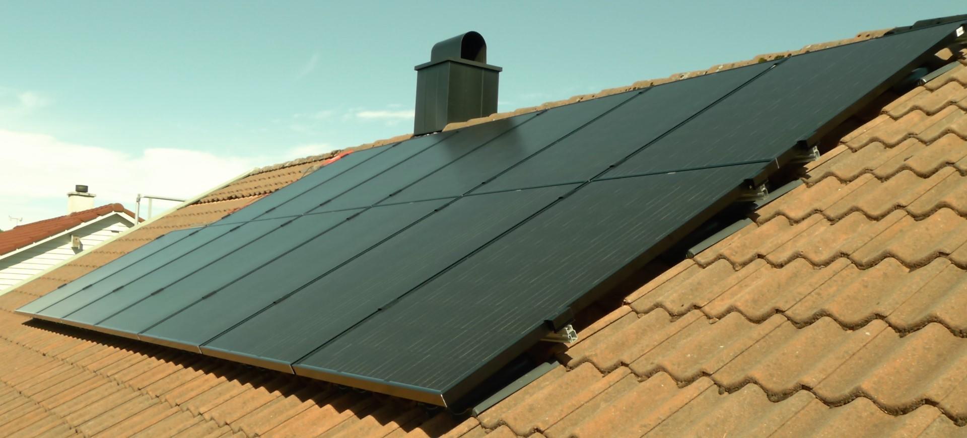 Solcelleanlegg på rødt hustak