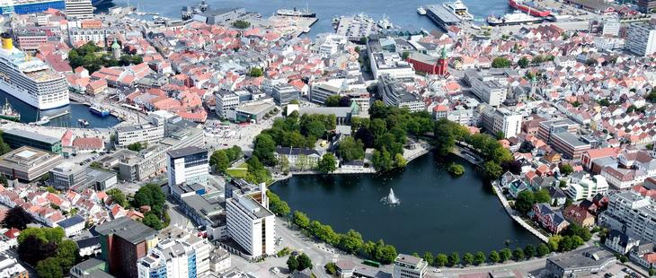 Flyfoto av Stavanger sentrum med Breiavatnet midt i bildet og St. Petri kirke og Jorenholmen i bakgrunnen.