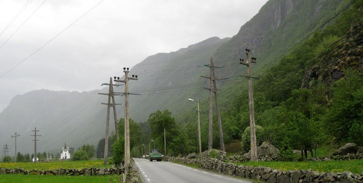 Kraftlinjer går på begge sider av veien gjennom Dirdal