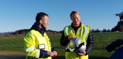 Terje Nevland, leder for drift og Brage W. Johansen i Heimdal Power med sensorkule som henges opp