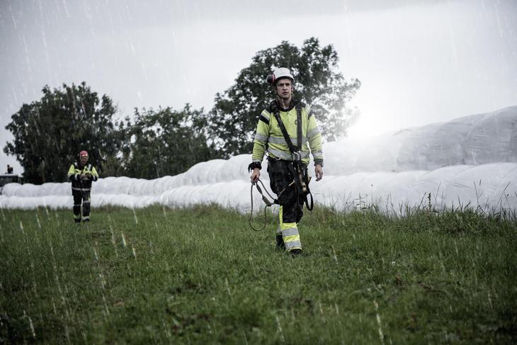 Linjemontørene Torleif Pedersen og Andreas Jacobsen i regnværet.  (Foto. Fredrik Ringe)