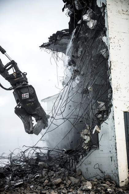 En spesialklo dunker og river løs betongvegg på Opstad transformatorstasjon. Foto Fredrik Ringe