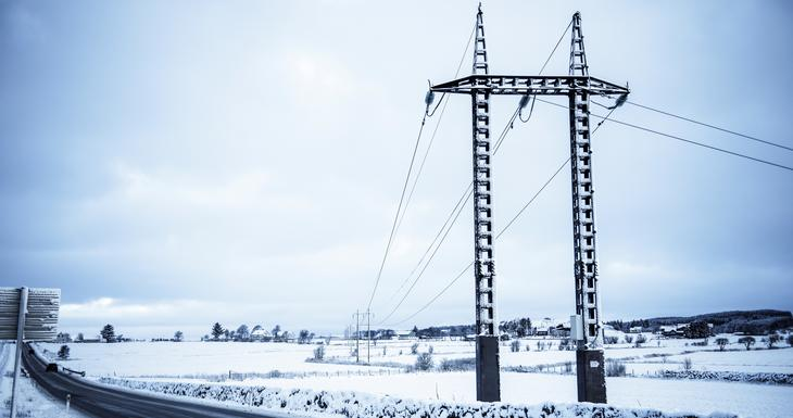 Kraftlinje går over snødekte jorder. Foto Fredrik Ringe