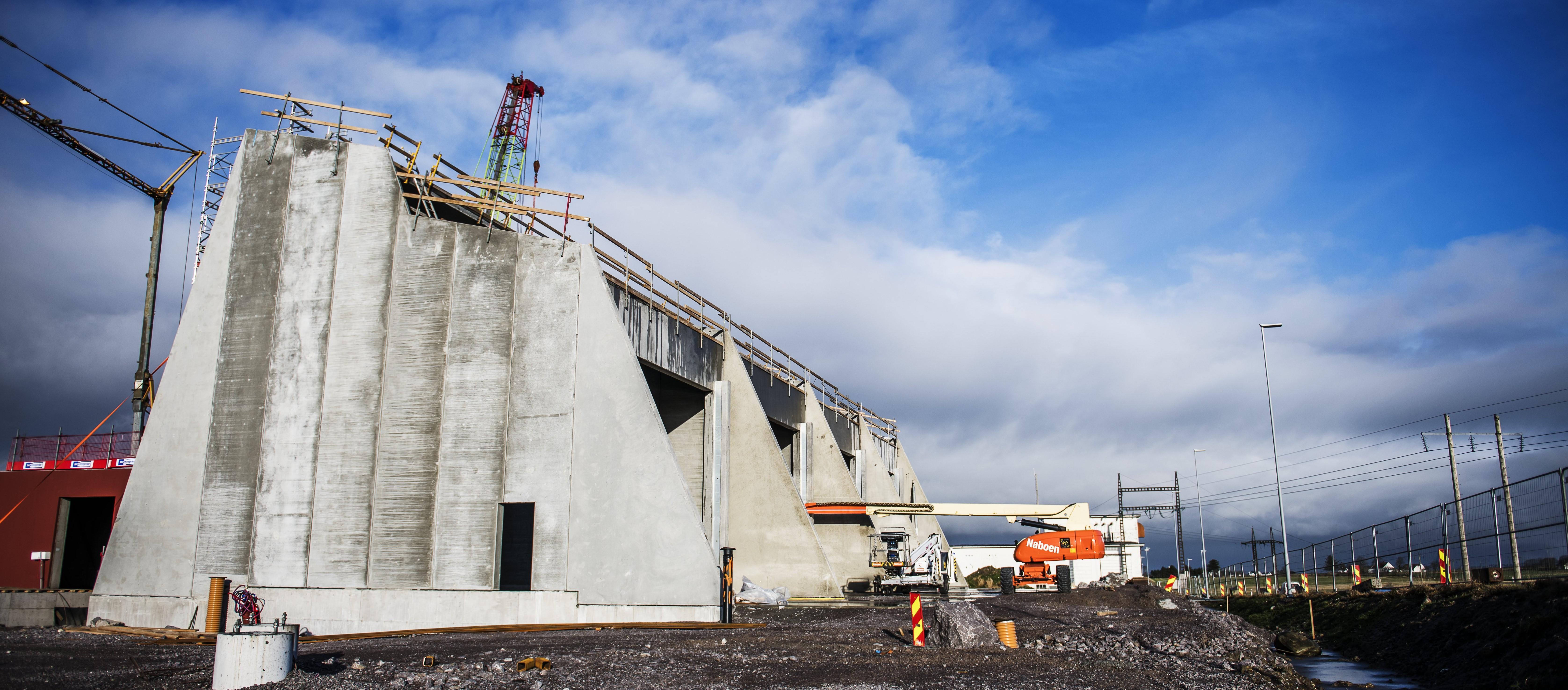 Grå betongvegger er satt opp på nye Opstad transformatorstasjon