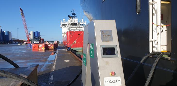Landstrømanlegg gir strøm via to tykke kabler til skip som ligger til kai.