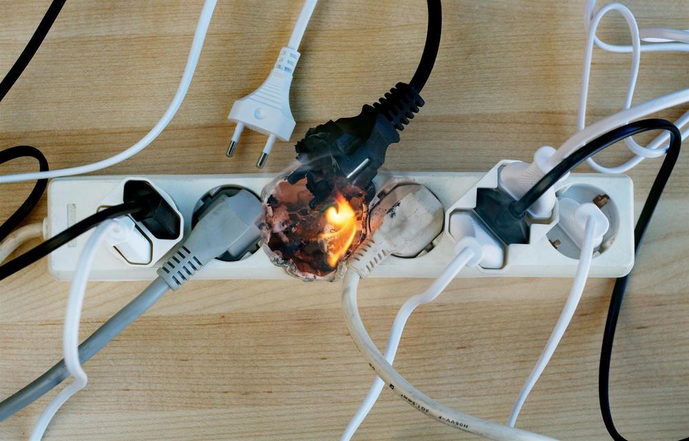 Flammer kommer opp fra en pad med mange ledninger koblet til.