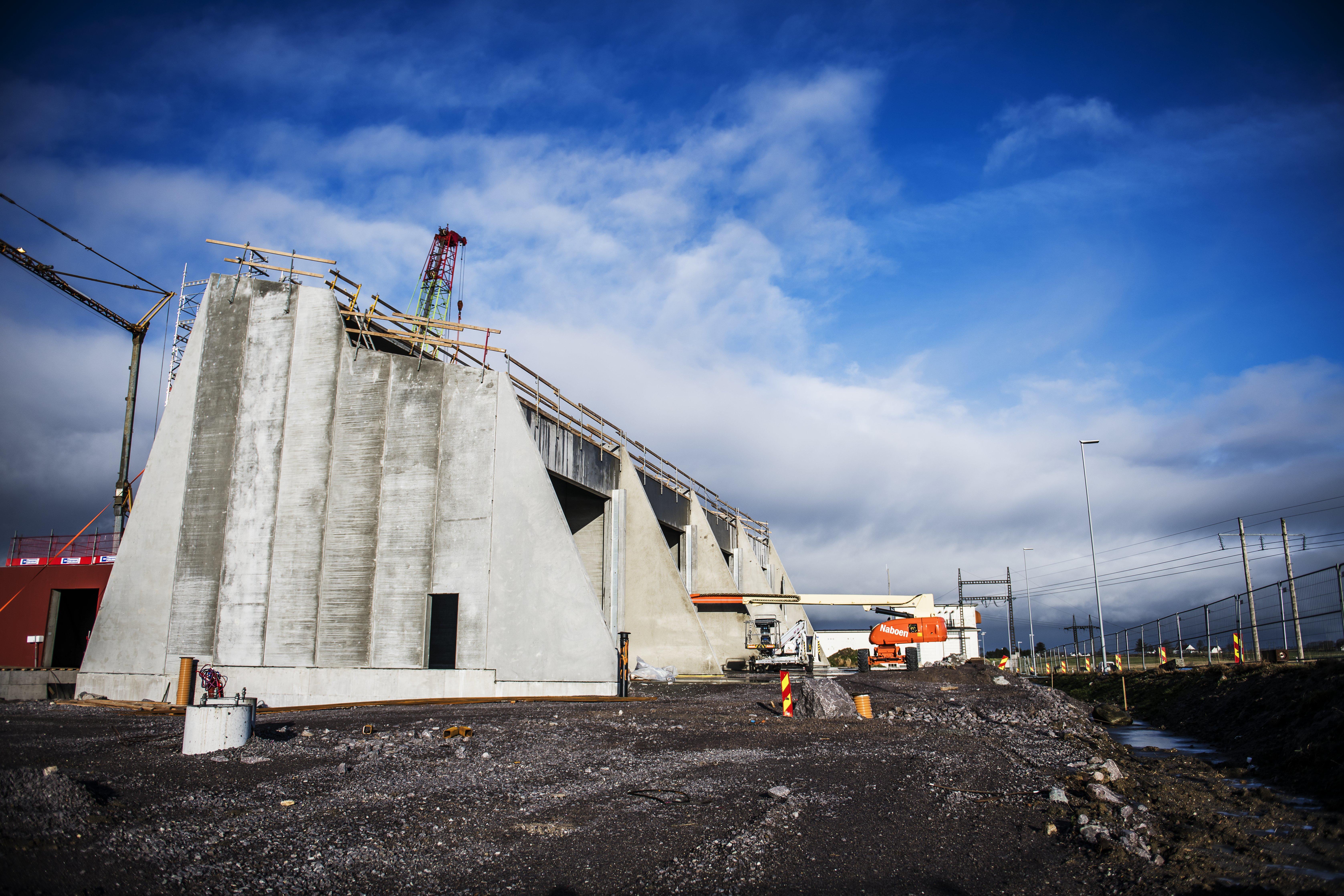 Transformatorstasjonen på Opstad bygges med store betongelementer. Foto Fredrik Ringe