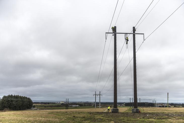 Montører jobber i toppen av en mast med å få på plass ny kraftlinje mellom Kartavoll og Opstad. Fotograf Fredrik Ringe