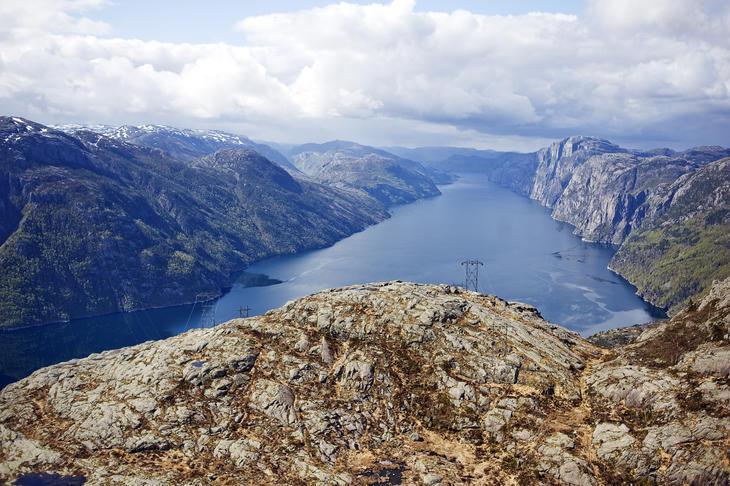 Lysefjorden med fjell på begge sider