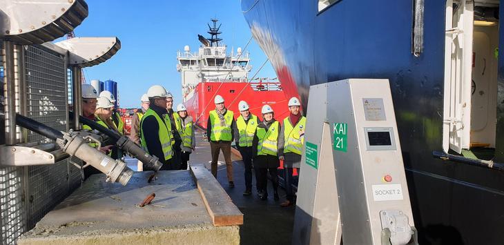 Landstrømanlegget hos Asco har tykke svarte kabler og store grå koblinger, og står klart til å trekkes mot offshorefartøy som ligger til kai