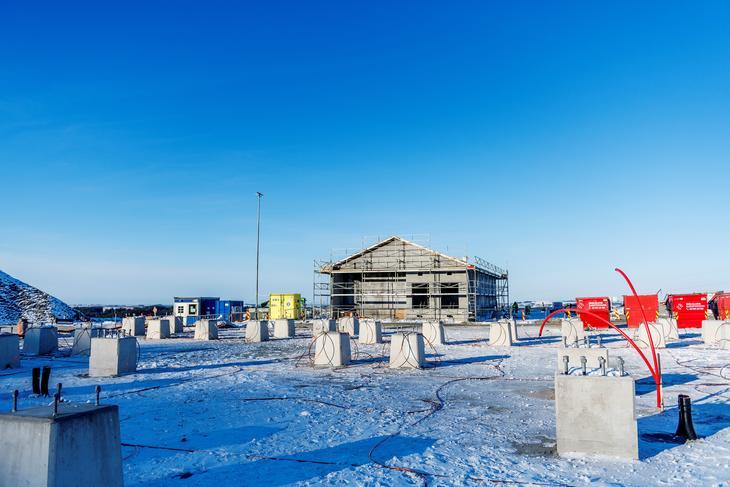 Bygget som skal inneholde koblingsanlegg er reist og foran står det små betongfundament for utendørsanlegget.