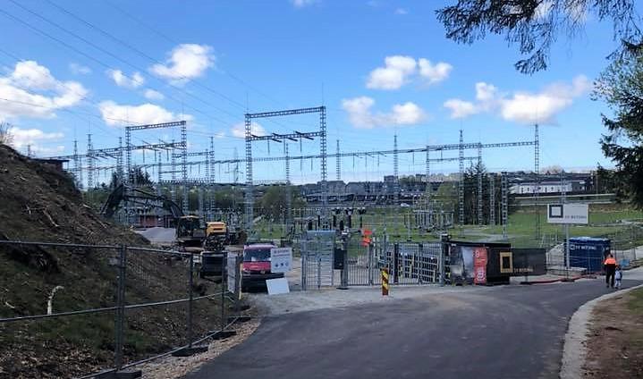 Arbeidsområde på transformatorstasjonen sett fra veien som går forbi området. Utendørsanlegget med master i bakgrunnen.