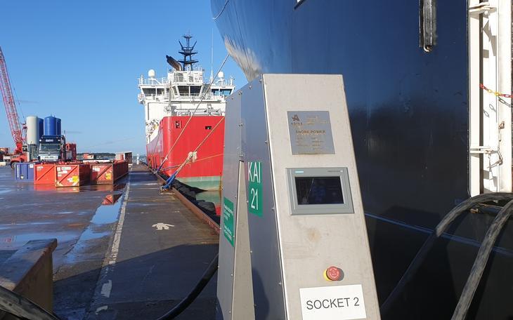 Skip ligger til kai og er påkoblet landstrømanlegg i Risavika.