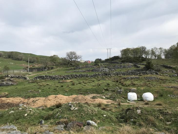 Kraftlinje over beitemark der steingjerder krysser over marken flere steder.