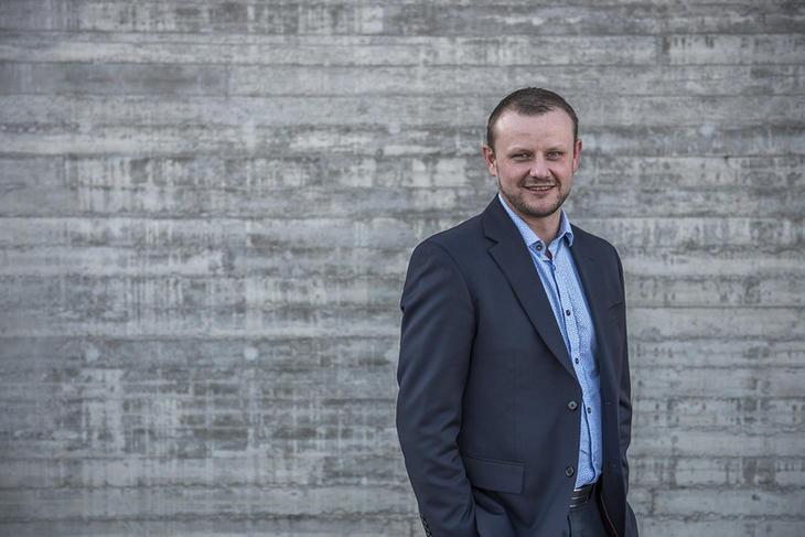 Administrerende direktør Håvard Tamburstuen i Lyse Elnett i mørk dressjakke foran en grå vegg