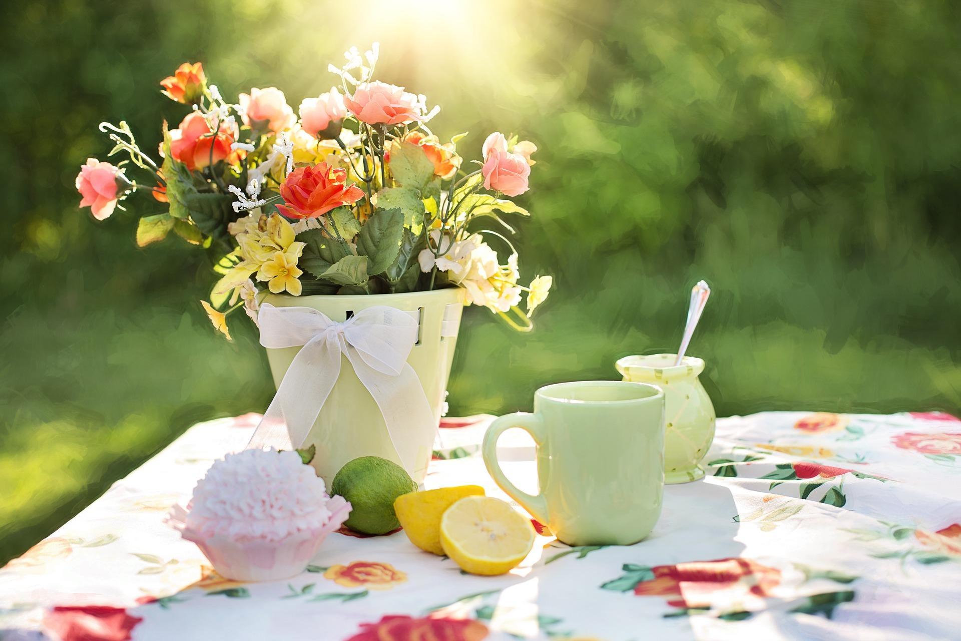 Blomster på et sommerdekket bord