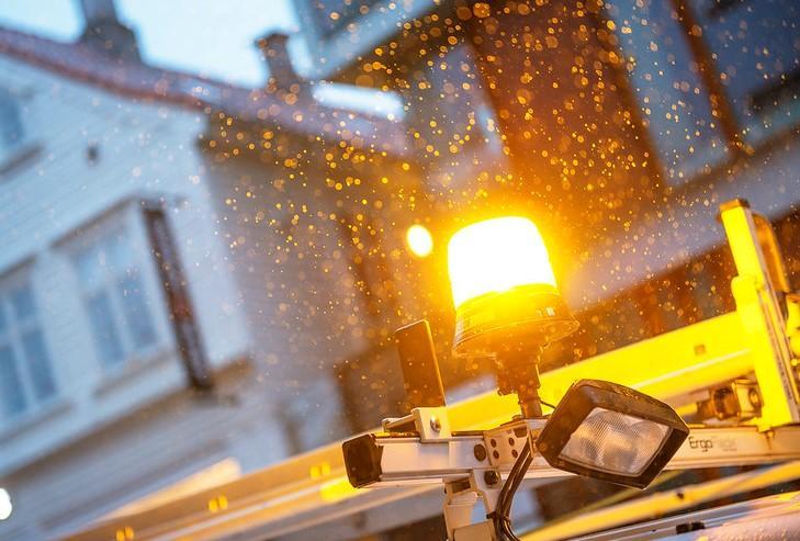 Gult kraftig lys på taket av bil under nattarbeid